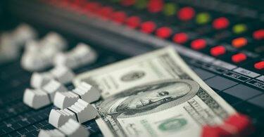 ¿Cómo obtiene ingresos una discográfica o editorial a través de la sincronización?