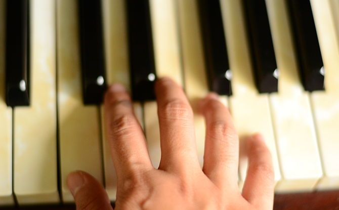 salud musico independencia dedos